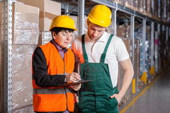 Gerente e trabalhador no armazém Fotos de Stock