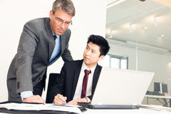 Gerente And Employee Looking em originais imagens de stock