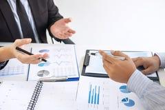 Gerente executivo profissional, sócio comercial que discute o plano de marketing das ideias e o projeto da apresentação do invest imagem de stock