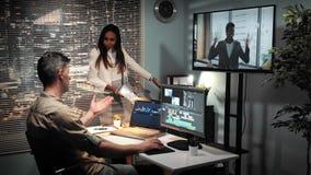 Gerente fêmea multirracial que rasga acima o contrato do negócio com o editor video após o vídeo olhado na tela da tevê video estoque