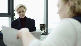 Gerente feminina apresenta novo plano de projeto para colegas em reunião, explicando ideias para colegas de trabalho no escritóri vídeos de arquivo