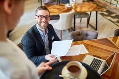 Gerente financeiro Working do café imagem de stock