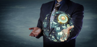 Gerente Holding globo virtual um modelo dado forma de IoT foto de stock royalty free