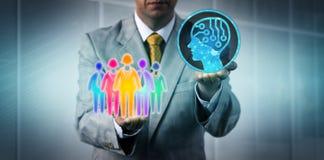 Gerente Introducing AI à equipe multicultural imagem de stock