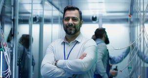 Gerente masculino que sorri em um centro de dados filme