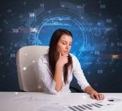Gerente na frente da mesa de escritório com conceito de uma comunicação fotos de stock