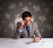 Gerente na frente da mesa de escrit?rio com conceito do sentido fotos de stock royalty free