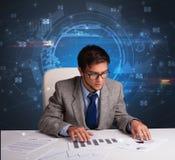 Gerente na frente da mesa de escrit?rio com conceito de uma comunica??o imagens de stock