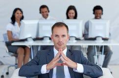 Gerente no centro de chamadas com sua equipe Fotografia de Stock