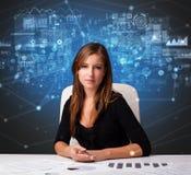 Gerente no escritório que faz relatórios e estatísticas fotos de stock royalty free
