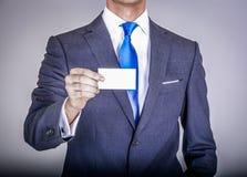 Gerente no terno que guarda um cartão Foto de Stock Royalty Free