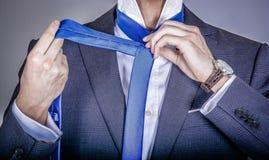 Gerente no terno que obtém vestido Imagem de Stock Royalty Free