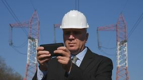 Gerente no texto da indústria energética usando um telefone celular imagem de stock royalty free
