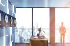 Gerente novo em seu escritório com pulsos de disparo imagem de stock royalty free