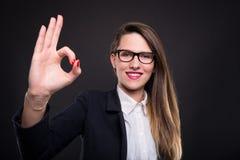 Gerente novo profissional que faz o sinal aprovado da mão imagens de stock