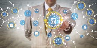 Gerente Performing Edge Computing dos dados através de IoT imagens de stock