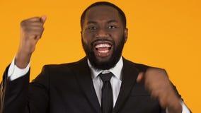 Gerente preto de sorriso que mostra sim o gesto, promoção do trabalho, carreira bem sucedida vídeos de arquivo