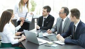 Gerente que discute com o plano de negócios novo da equipe do negócio Imagens de Stock Royalty Free