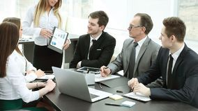 Gerente que discute com o plano de negócios novo da equipe do negócio Foto de Stock