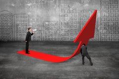 Gerente que grita no homem de negócios que empurra a seta vermelha da tendência 3D para cima Imagem de Stock Royalty Free