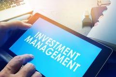 Gerente que guarda o relatório da gestão de investimento imagem de stock royalty free