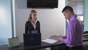Gerente que trabalha com cliente vídeos de arquivo
