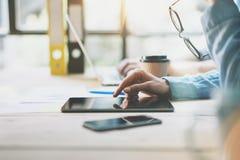 Gerentes de vendas Team Brainstorming Process no escritório moderno Tabuleta de Digitas do uso do produtor do projeto, mantendo v imagem de stock