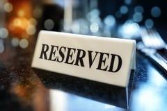 Gereserveerd teken op restaurantlijst royalty-vrije stock foto