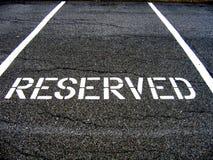 Gereserveerd voor autoparkeren Stock Fotografie