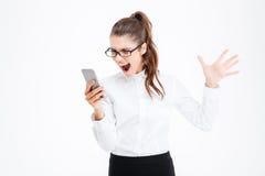Geërgerde hysterische bedrijfsvrouw die bij cel telefoon en het gillen spreken Royalty-vrije Stock Afbeeldingen