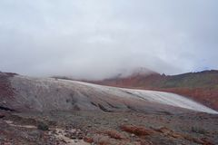 Gergeti冰川风景在带领一条的供徒步旅行的小道的登上Kazbek, Stepantsminda,乔治亚 免版税库存图片
