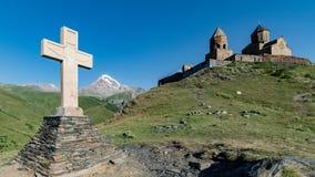 Gergeti, Γεωργία - 5 Αυγούστου 2015: Ο σταυρός της εκκλησίας τριάδας Gergeti Στοκ Εικόνες