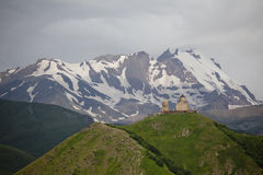 Gergeti-Dreifaltigkeitskirche, Kazbegi, Georgia Stockbild