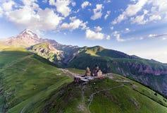 Gergeti-Dreifaltigkeitskirche oder Tsminda Sameba - Dreifaltigkeitskirche nahe Dorf von Gergeti in Georgia lizenzfreie stockfotografie