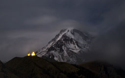 Gergeti kościół na tle góry Kazbek noc Fotografia Stock