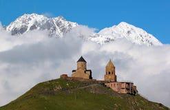 Gergeti kristen kyrka nära Kazbegi, Georgia royaltyfri fotografi