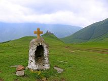 Gergeti Treenighetkyrka eller Tsminda Sameba nära byn Stepantsmi royaltyfri fotografi