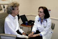 Geriatrician und ältere Frau Stockfotos