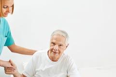 Geriatryczna opieka dla starszego mężczyzna obrazy stock