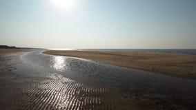 Geribbeld zand - het strand van de Oostzeegolf met wit zand in de zonsondergang - 4K-video met langzame camerabeweging en binnen stock videobeelden
