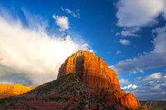 Gericht Butte-Felsen-MESA und drastischer Sonnenuntergang in Sedona Arizona stockfotografie