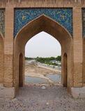 Gerichte boog op 33 pol. Allah Verdi Khan brug in Isphahan, Iran Stock Foto's