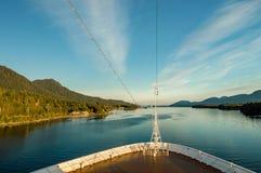 Gerichte boog van cruiseschip, naar het zuiden op oceaankanaal, Alaska binnen Passage, in warme middagzon stock afbeelding
