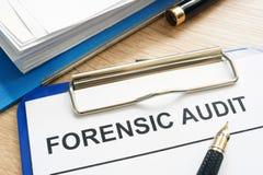 Gerichtliche Rechnungsprüfung und Finanzdokumente lizenzfreie stockfotos