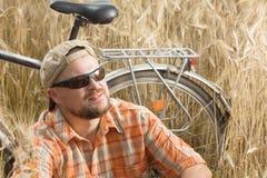 Gerijpte reiziger in GLB en zonnebril die een onderzoek hebben stock fotografie