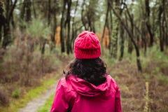 Gerijpte vrouw die in het bos wandelen royalty-vrije stock afbeelding