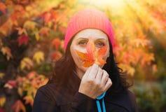 Gerijpte vrouw in het bos royalty-vrije stock fotografie