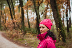 Gerijpte vrouw in het bos Stock Afbeeldingen