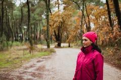 Gerijpte vrouw in het bos royalty-vrije stock foto's