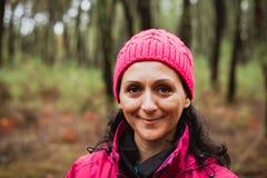 Gerijpte vrouw in het bos royalty-vrije stock afbeelding